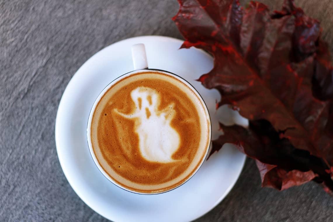 Caffè dello studente per vivere la notte di Halloween