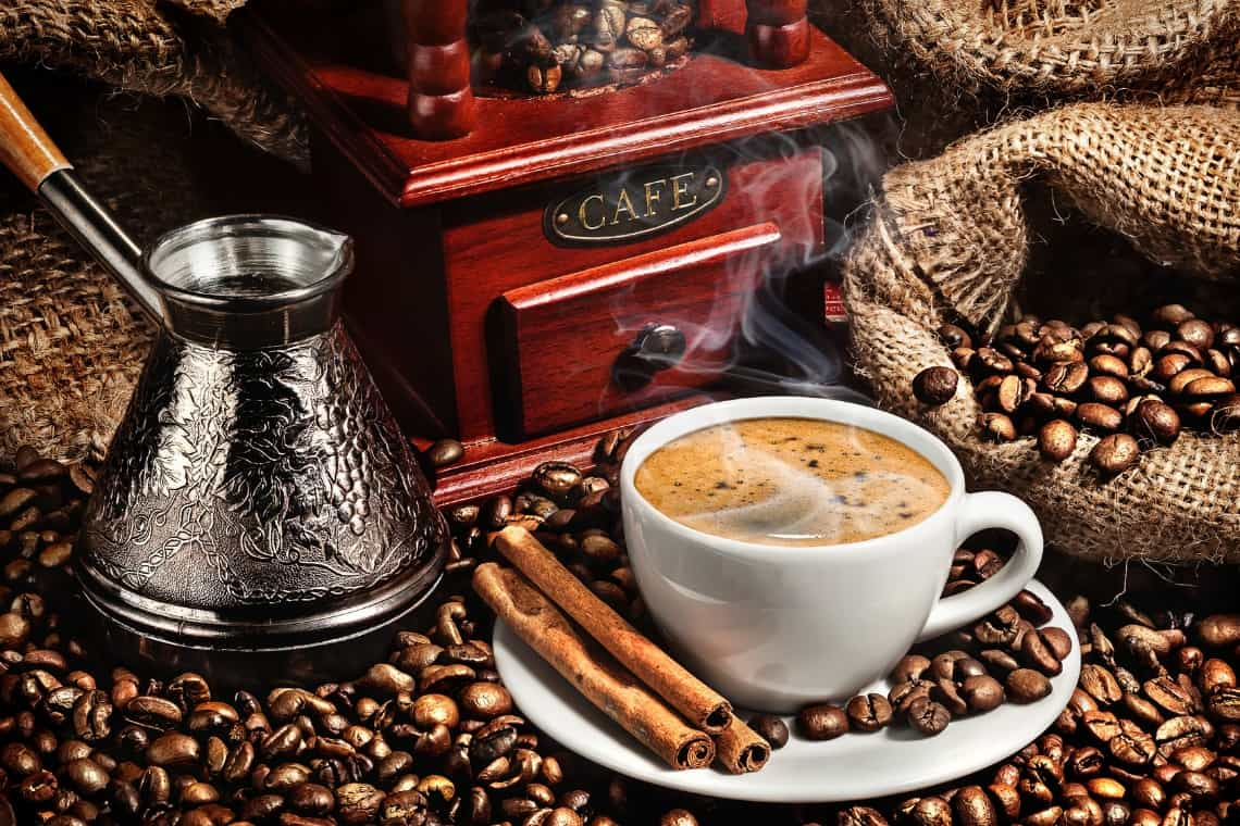 caffè turco e ibrik con cannella e chicchi di caffè