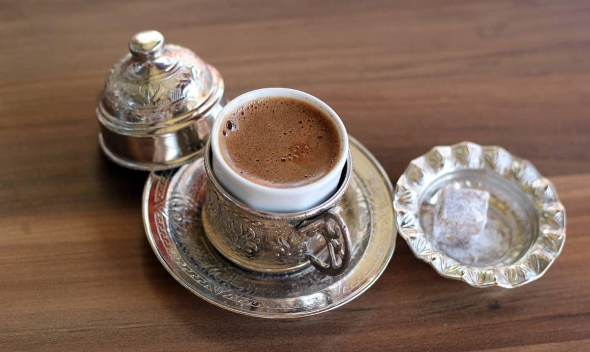 schiumoso caffè turco in tazzina della tradizione araba