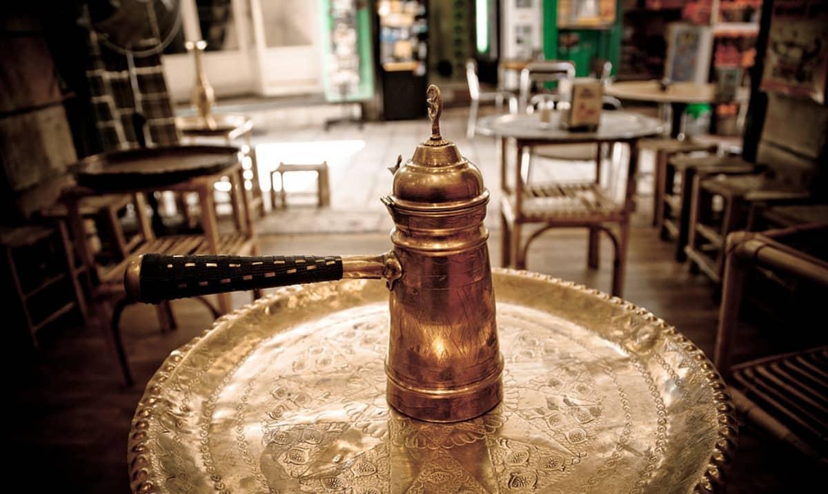 Cezve o ibrik, antica caffettiera araba per preparare il caffè turco