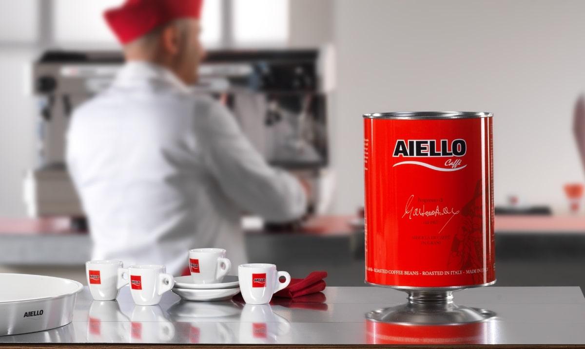 colazione al bar con tazzina Caffè Aiello