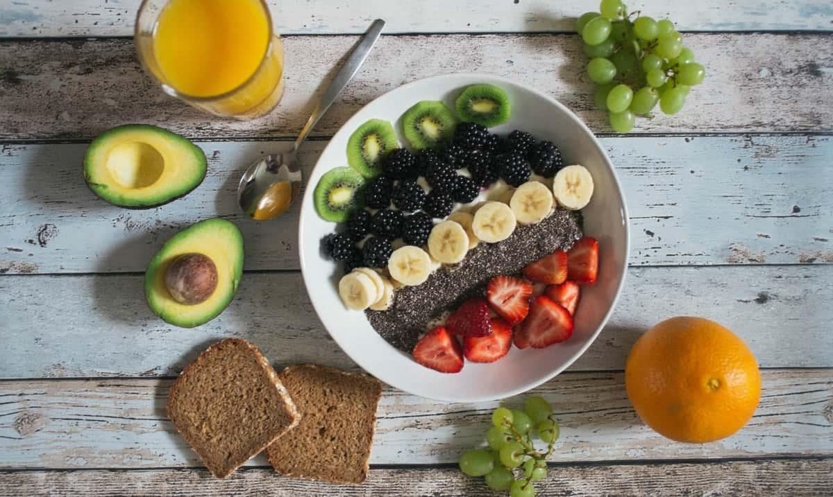 colazione sana al bar con frutta mista, spremuta e pane integrale
