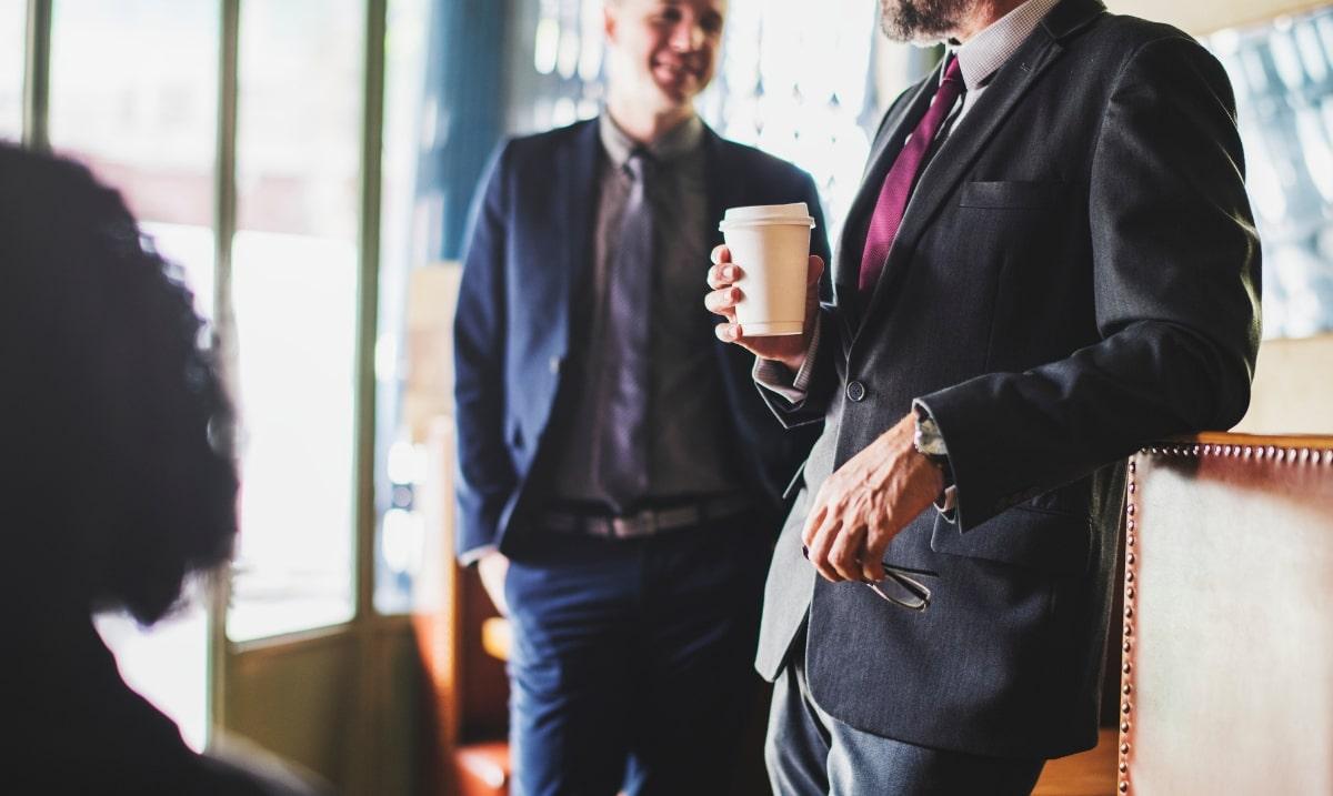 Pausa caffè in ufficio, colleghi chiacchierano