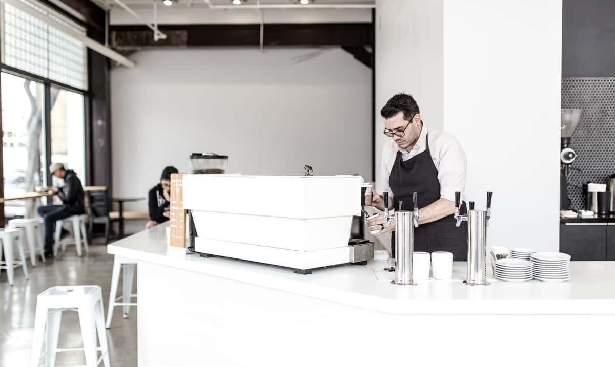 barista prepara caffè nel suo bar