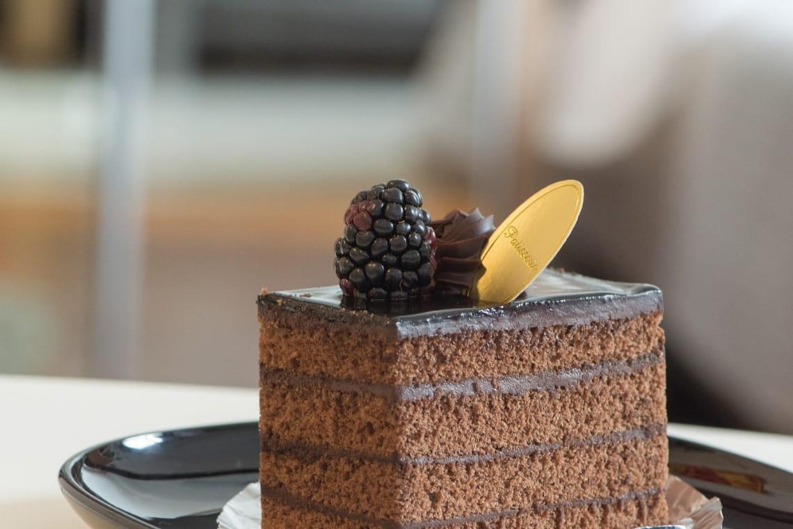 fetta di torta farcita con crema pasticcera al caffè
