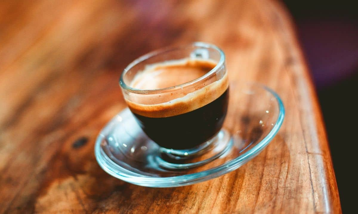 caffè espresso in tazza di vetro