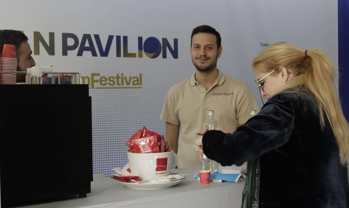Ospite dell'Italian Pavilion gusta un espresso Caffè Aiello al Festival di Cannes 2019