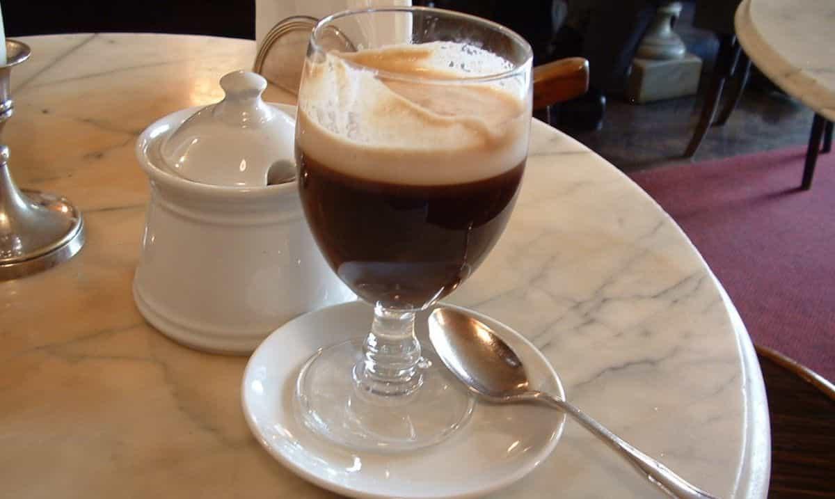 bicchiere di bicerin nel caffè storico Al Bicerin di Torino