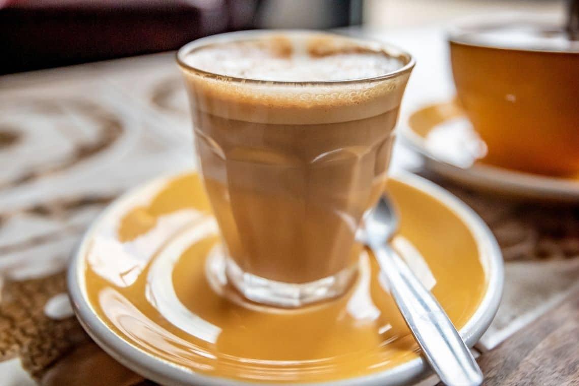 caffè al ginseng in bicchierino di vetro