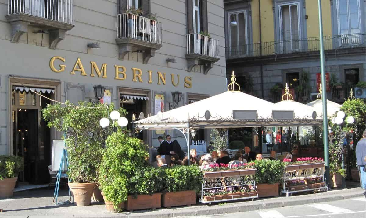 Esterno del Gran Caffè Gambrinus, caffetteria storica di Napoli