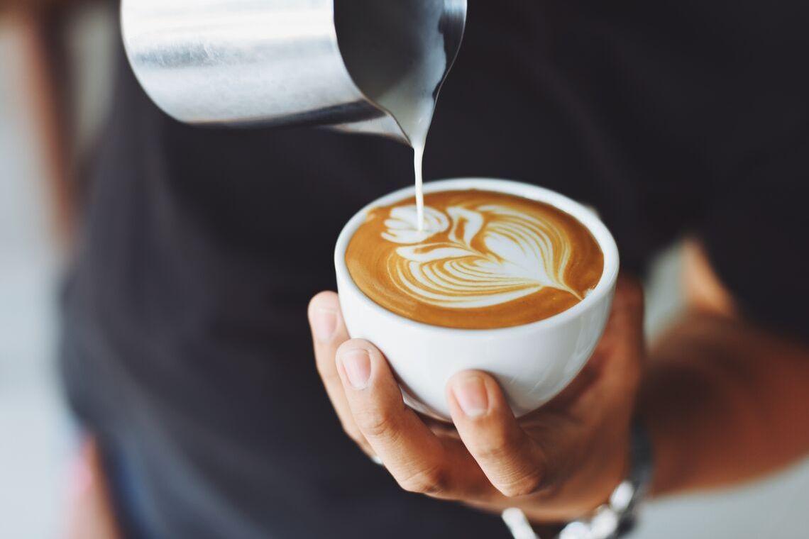 tazza di cappuccino con schiuma fatto in casa