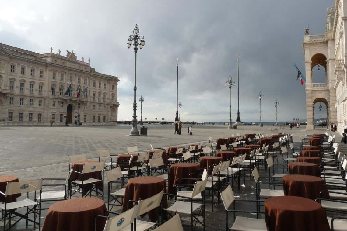 tavolini dello storico Caffè degli Specchi in Piazza Unità d'Italia a Trieste