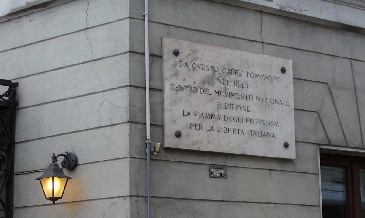 targa presente all'esterno dello storico Caffè Tommaseo a Trieste