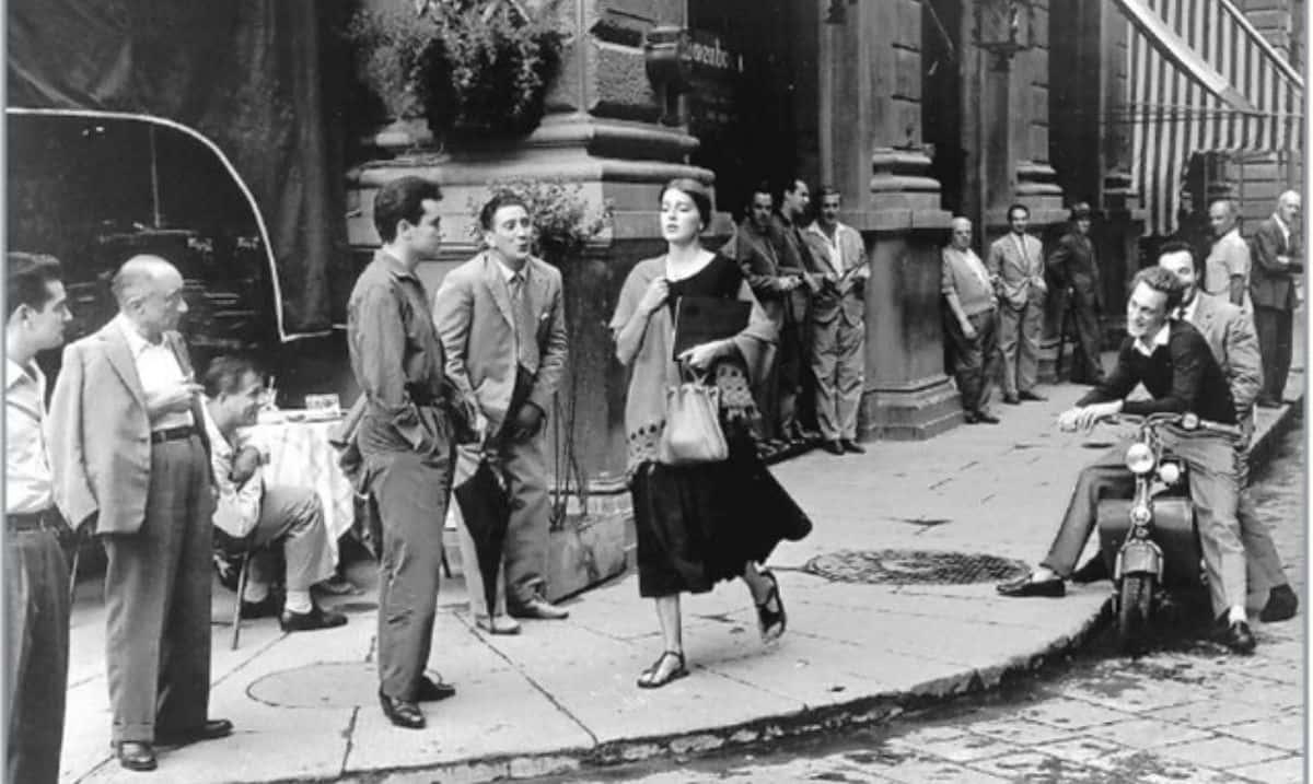 """American girl in Italy"" di Ruth Orkan, foto scattata davanti al Gilli, caffè storico di Firenze"