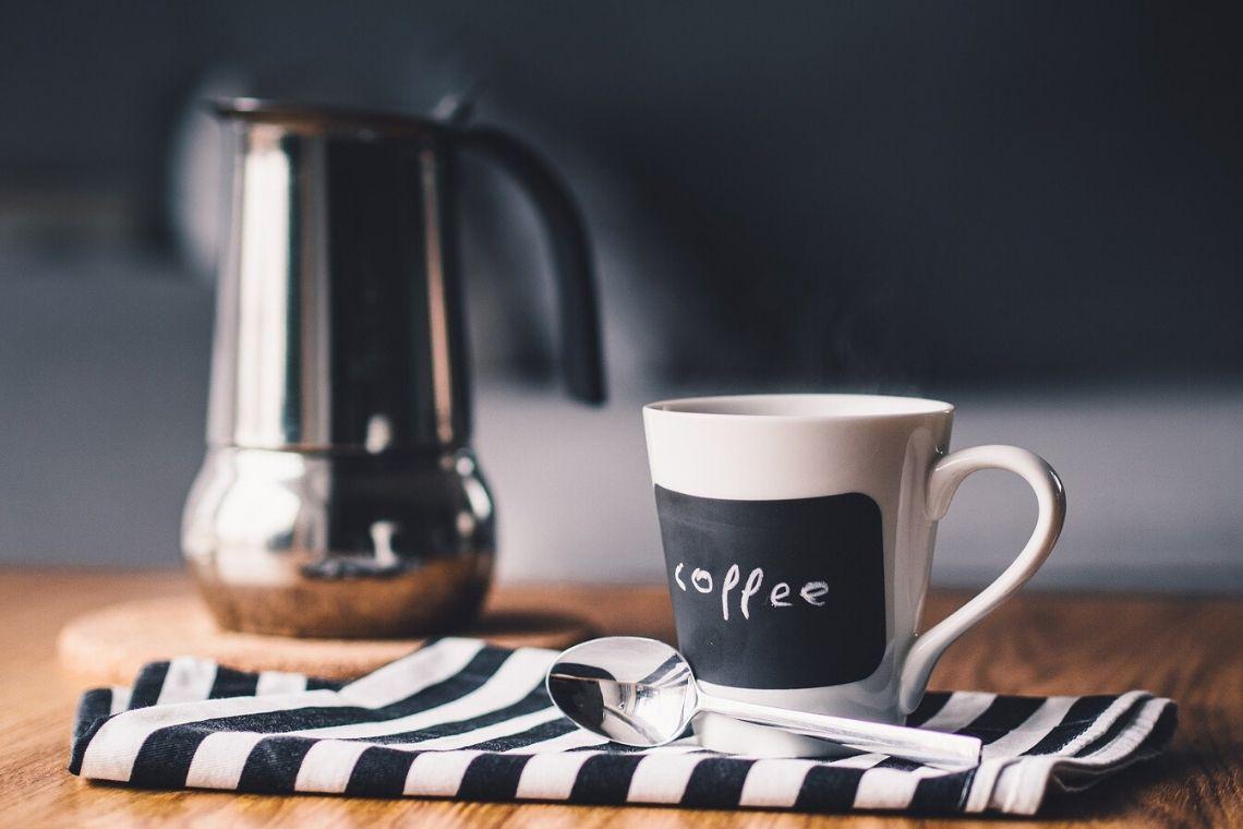 moka e tazza di caffè