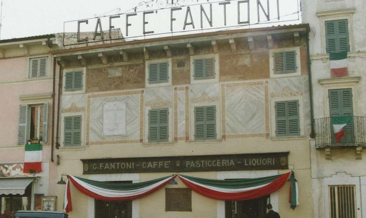 esterno della caffetteria storica Fantoni a Villafranca (Verona)