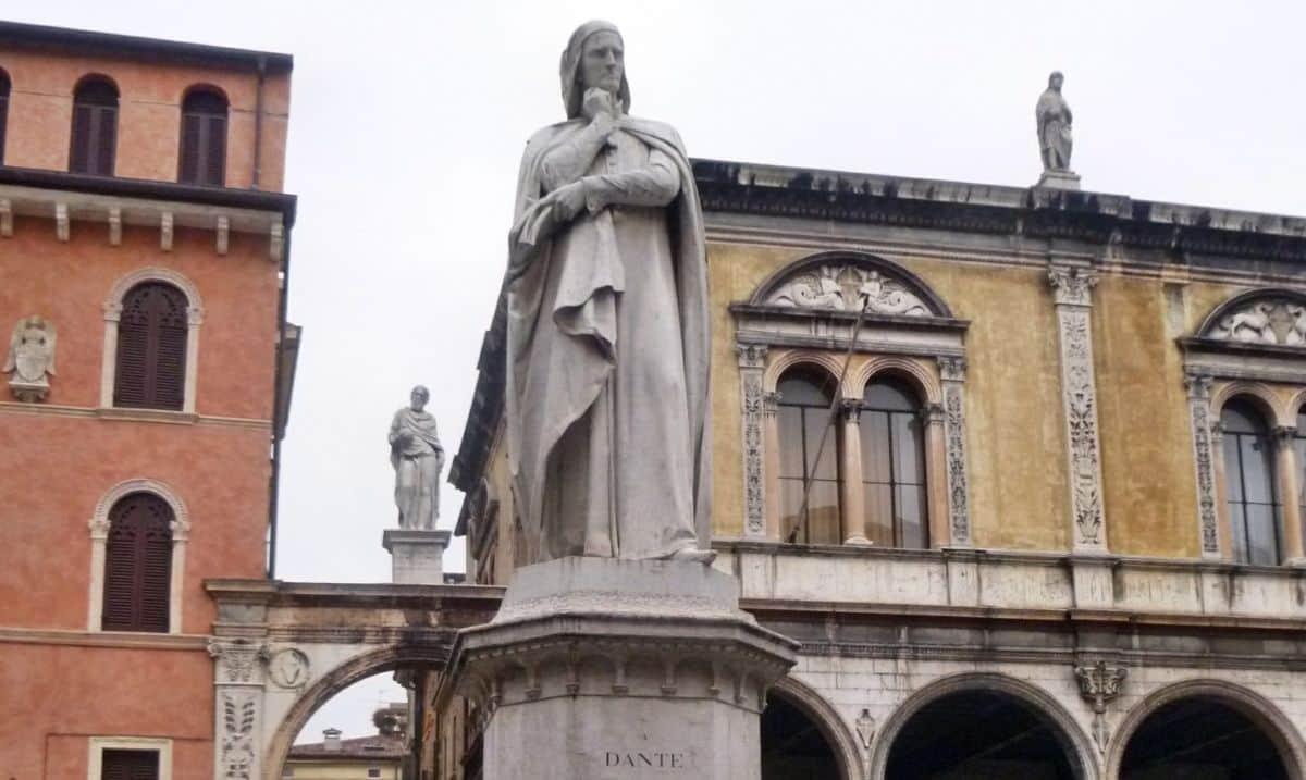 monumento a Dante Alighieri in piazza dei Signori a Verona