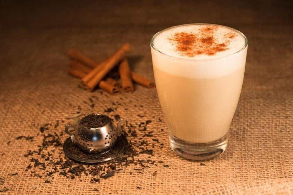 bicchiere di chai latte, tè nero indiano e cannella