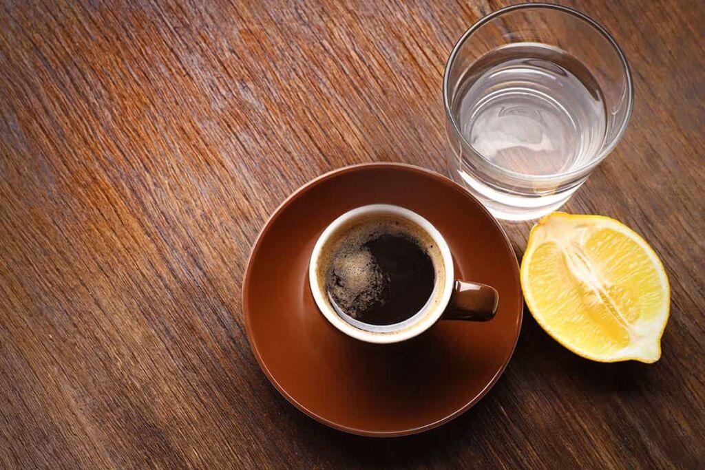 caffè con limone, toccasana contro il mal di testa