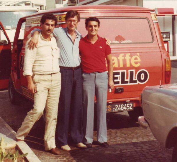 Guerino ed Emilio Aiello in piedi davanti a furgone Caffè Aiello