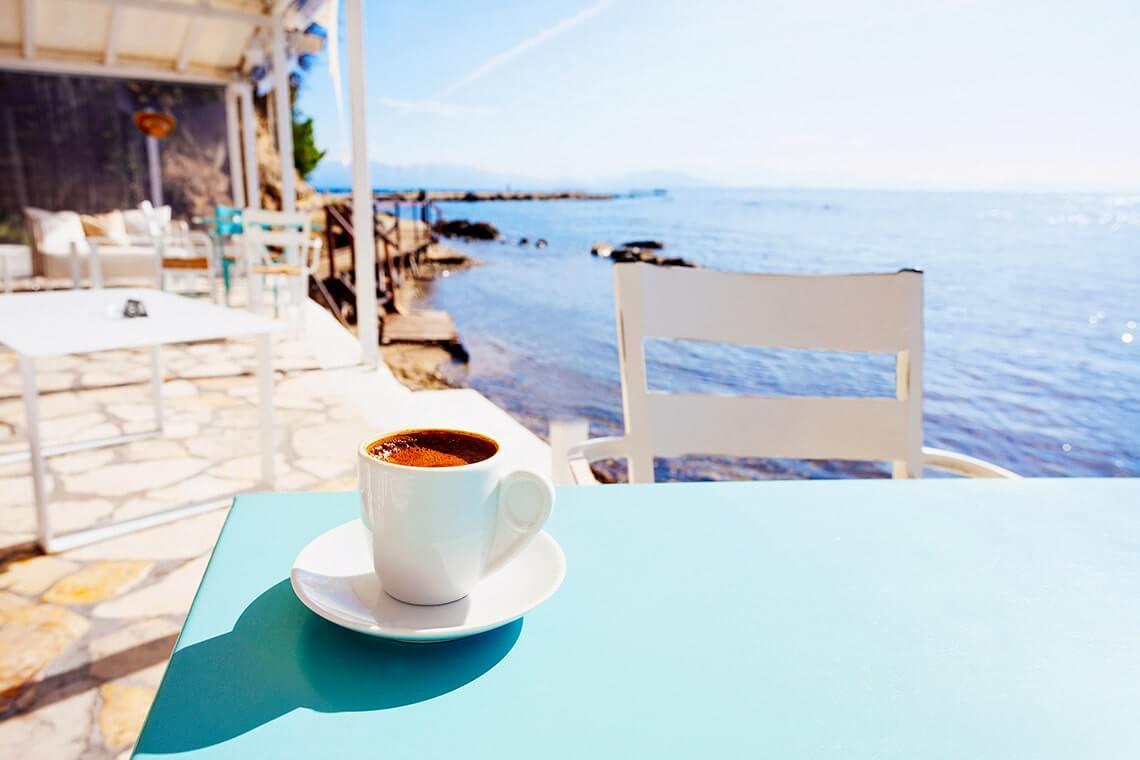tazzina di caffè in estate di fronte al mare