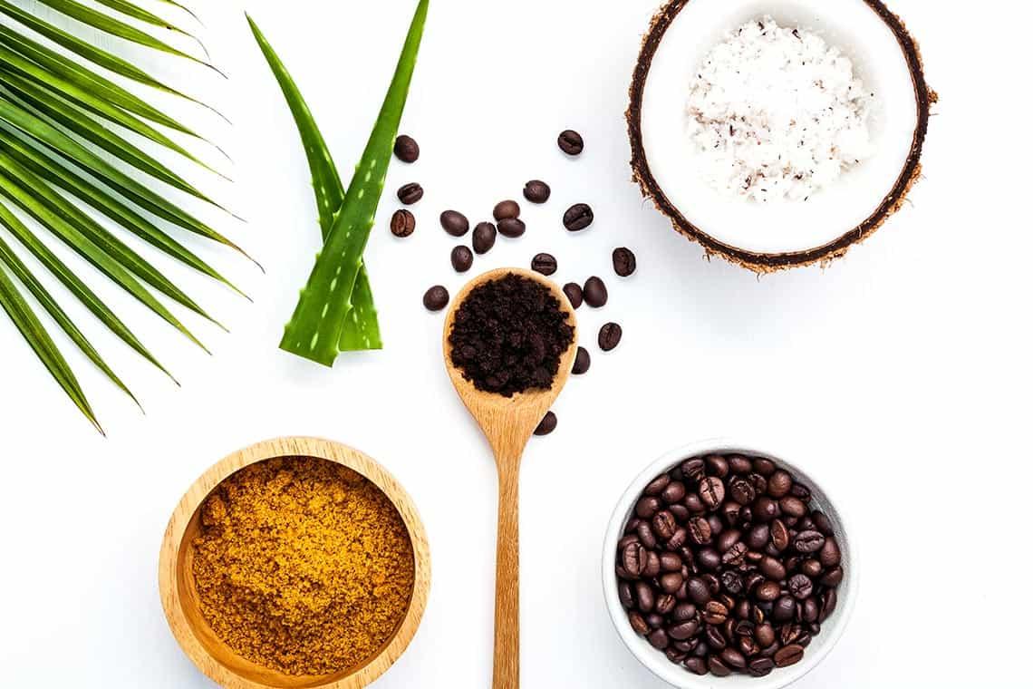 ingredienti per uno scrub al caffè e all'aloe vera