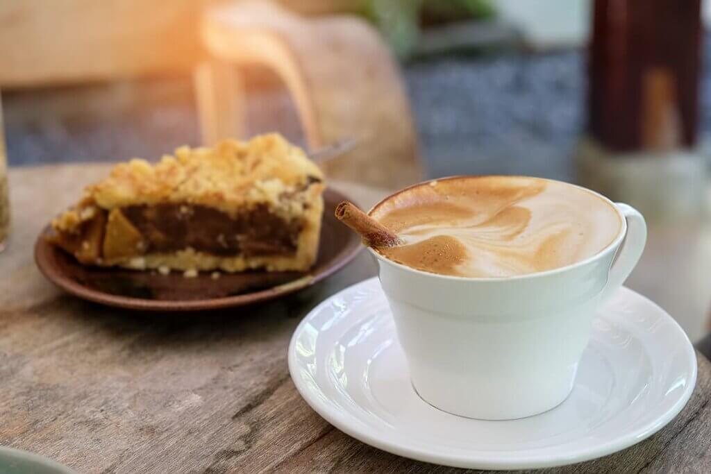 fetta di crostata al caffè e tazza di cappuccino
